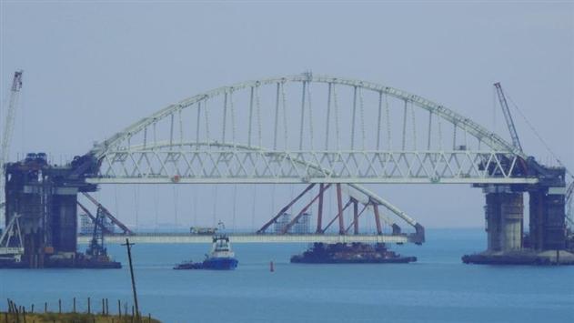 Россия начала установку второй арки моста в Крым