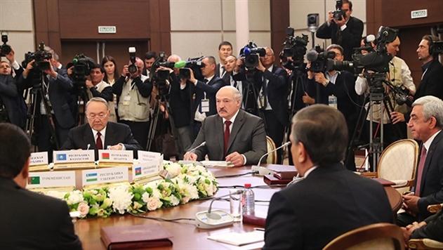 Лукашенко об СНГ: чиновников плодим бесчисленное количество, а толку мало