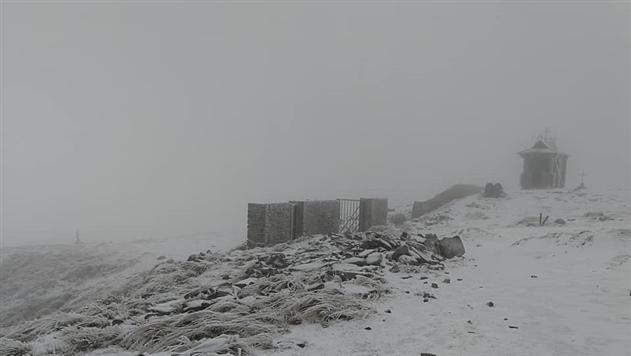 В Карпатах самую высокую гору засыпало снегом