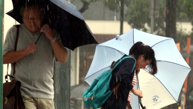 Из-за тайфуна в Японии погибли два человека, еще 90 ранено