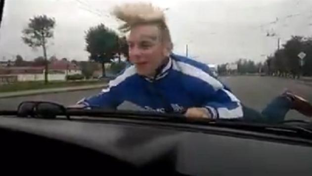 В Могилеве водитель прокатил подростка на капоте машины - видео