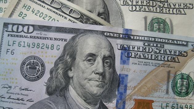 Перед выходными курс доллара подрос, евро подешевел