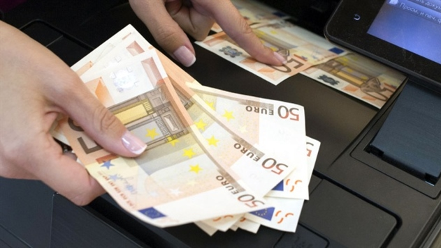 Доллар, евро и российский рубль подешевели перед выходными