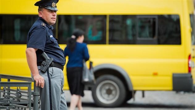 В Грузии школьники выпали из автобуса во время движения