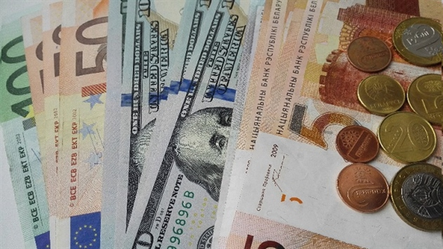 Курсы евро и доллара выросли, российский рубль подешевел