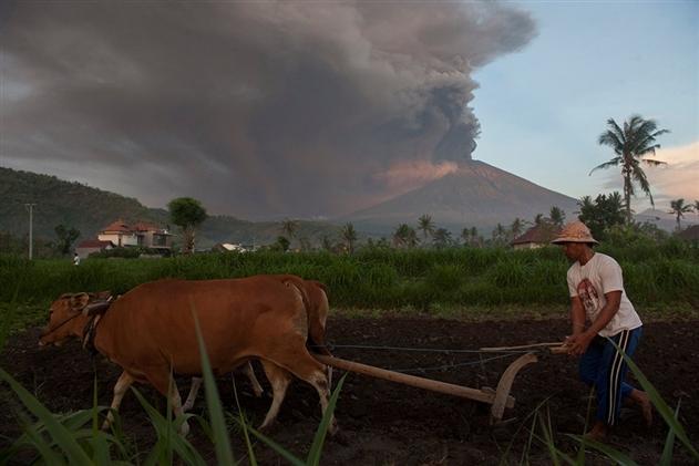 На Бали извергается вулкан Агунг: 60 тысяч туристов застряли на острове
