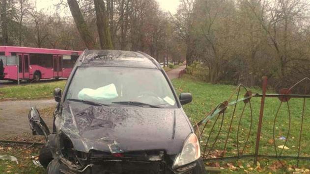 Пьяный лихач в Гродно протаранил забор школы и «уронил» столб на машину ГАИ — видео