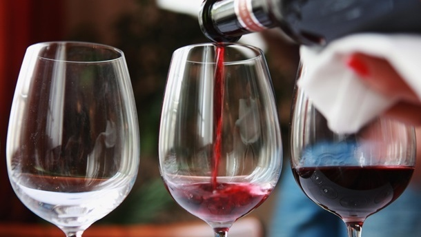 В США на аукционе продали самую дорогую в мире бутылку вина