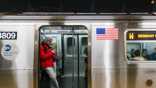 В метро Нью-Йорка спящего пассажира грубо выволокли из вагона