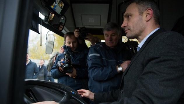 «Мечтал быть водителем автобуса». Кличко проехал за рулем белорусского МАЗа
