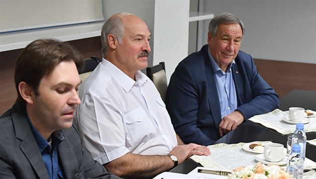 Лукашенко подарили копию теннисного Кубка Федерации