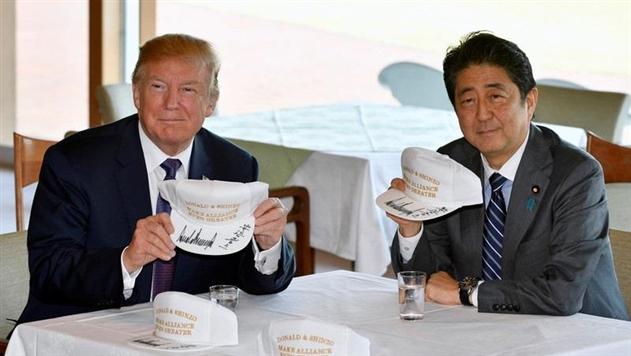 Трамп сыграл в гольф с премьером Японии Абэ