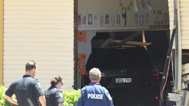 В Австралии джип влетел в здание школы, погибли дети