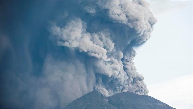 Из-за вулкана на Бали эвакуировали более 20 тысяч человек