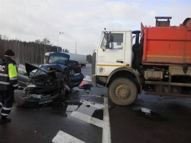 ДТП под Минском: водитель Renault не уступил дорогу и попал под мусоровоз
