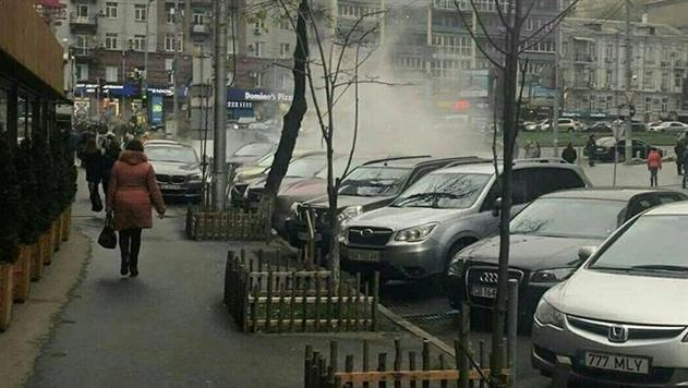 Улицу в центре Киева залило кипятком
