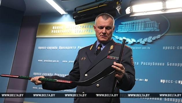 Шуневич показал Лукашенко изготовленные зэками клюшки
