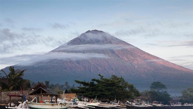 Извержение вулкана отменило авиарейсы на Бали