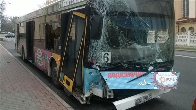 В Гродно пассажирский автобус врезался в столб, есть пострадавшие