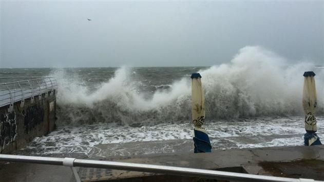 Российское судно несет штормом к турецкому порту
