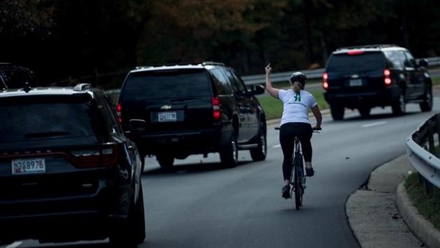 Женщина, показавшая средний палец кортежу Трампа, лишилась работы