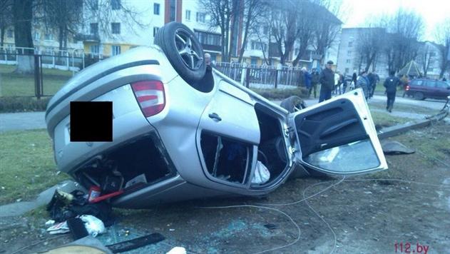 В Марьиной Горке легковушка снесла столб и перевернулась