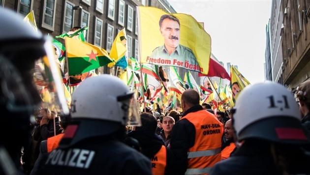 На демонстрации курдов в Дюссельдорфе пострадали 15 полицейских