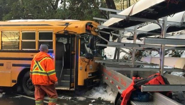 В Канаде грузовик столкнулся со школьным автобусом