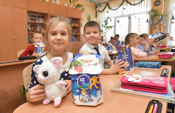 Борис Колесников и его Фонд поздравили 54 000 детей Донбасса с Днем Николая