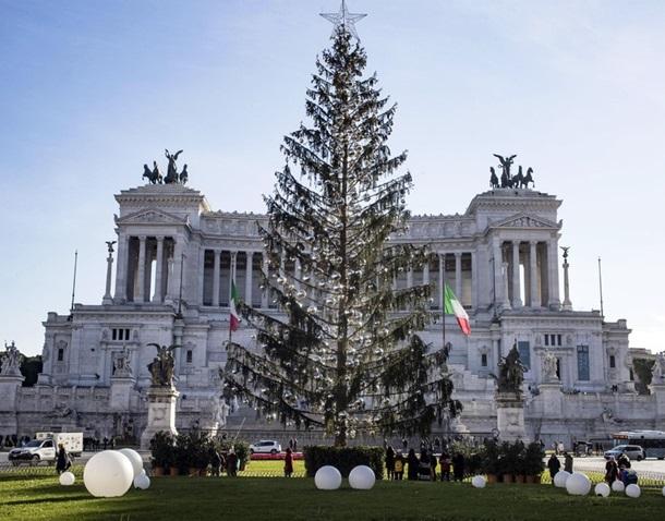 Как украсили новогодние елки-2018 в разных странах
