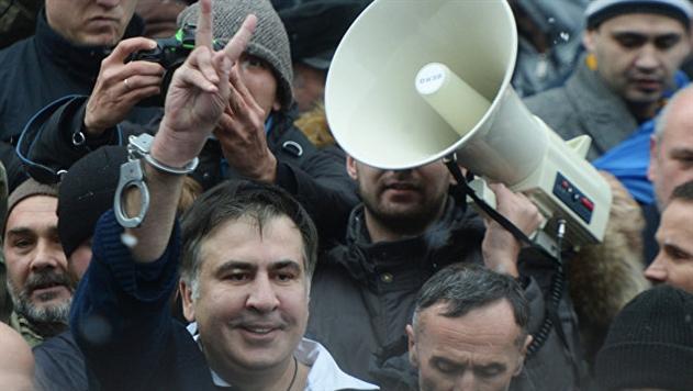 В Киеве толпа освободила Саакашвили, выломав дверь в машине СБУ