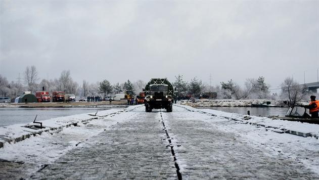 Военные и МЧС возвели понтонный мост через Припять возле Турова