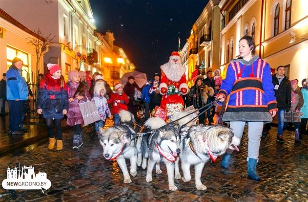Дед Мороз на собачьей упряжке возглавил карнавальное шествие в Гродно