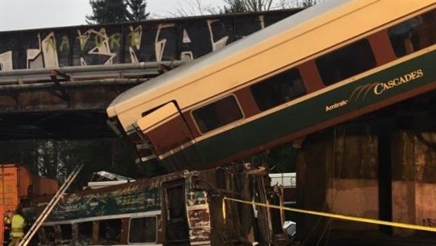 В США поезд слетел с моста