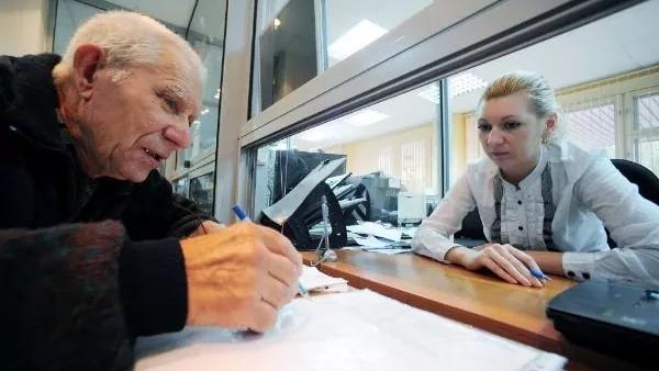 В 2018 году в Беларуси пенсии повысят лишь один раз — депутат