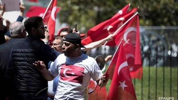 В Турции мужчинам запретили краситься в черный
