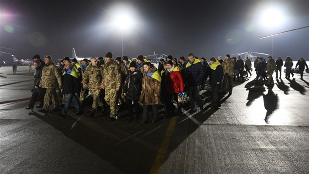 Порошенко поблагодарил Меркель и Макрона за помощь в освобождении пленных