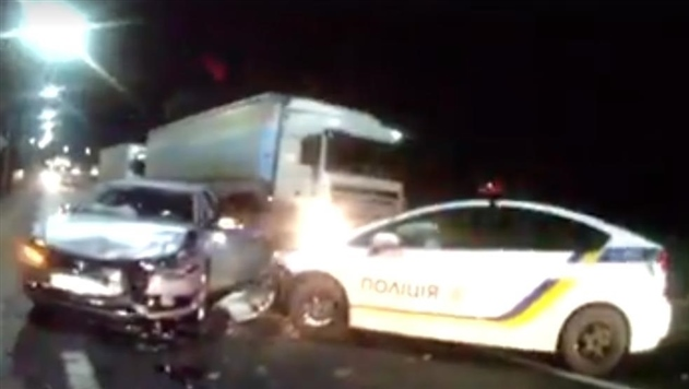 На трассе Киев-Чоп водитель врезался в патрульный автомобиль