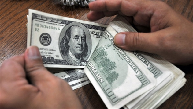 11 декабря курсы доллара и российского рубля немного просели