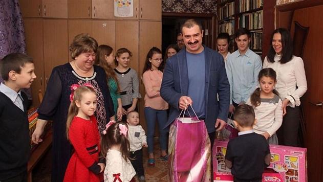Виктор Лукашенко пообещал многодетной семье из Кличева африканского страуса