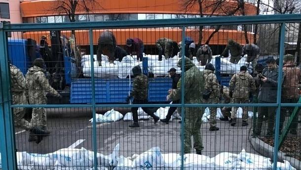 Под офисом NewsOne разбирают баррикаду из мешков