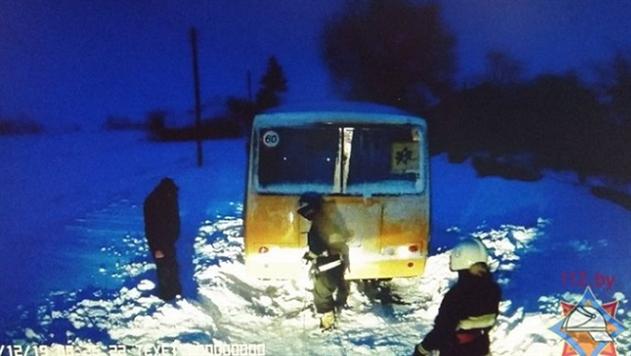 Спасатели вытащили застрявший в снегу школьный автобус под Брагином