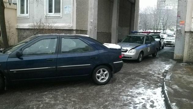 В Минске пьяный водитель Citroen задним ходом таранил машину ГАИ