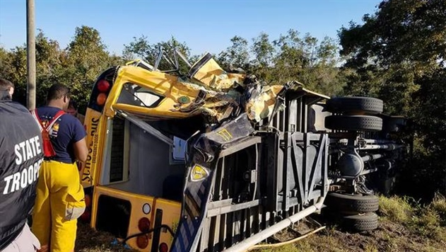 Фура врезалась в школьный автобус в США