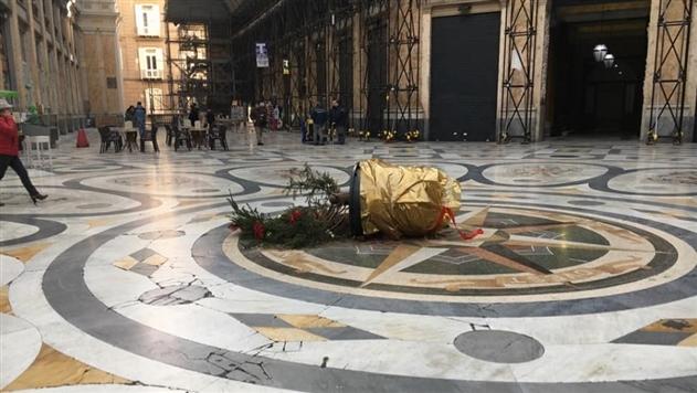В Испании украли новогоднюю елку из торгового центра